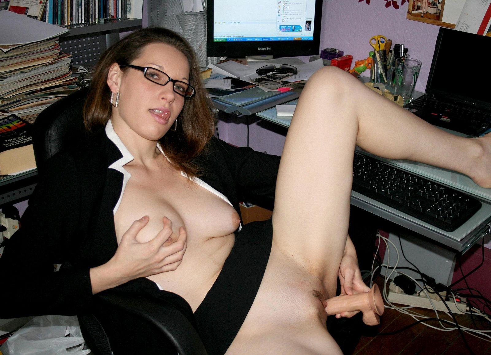 devchonka-masturbiruet-svoey-kiskoyu