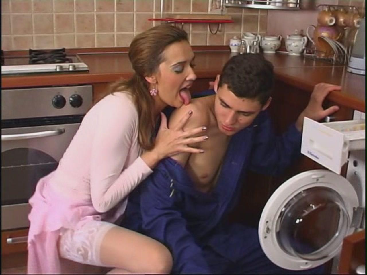 Секс с сантехником пока муж на работе 24 фотография