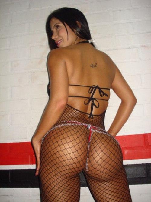 Morena de colombia jugando con cadena anal y consolador 10