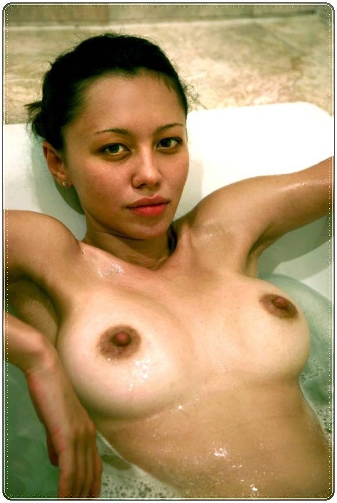 Muñeca asiática con bonitos senos 3