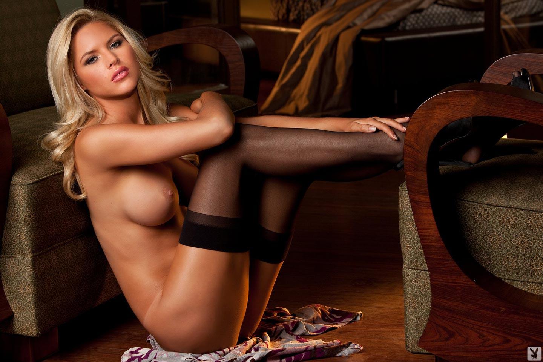 Блондинка в черных чулках голая